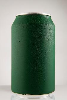 Lata de refresco rojo sobre fondo blanco, lata de refresco rojo sobre fondo blanco,