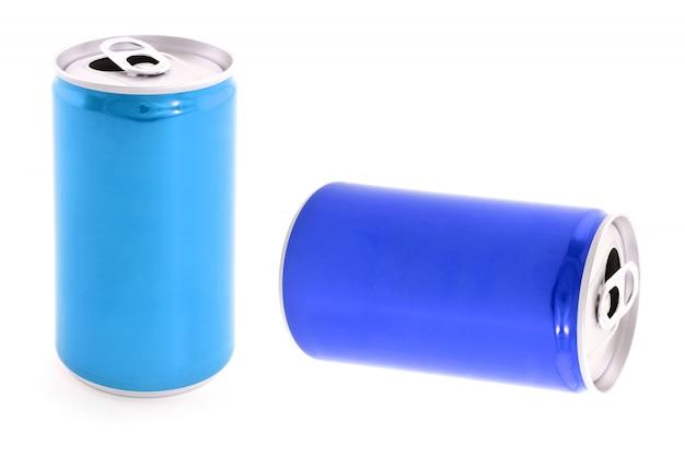 Latas de aluminio o metálicas aisladas.
