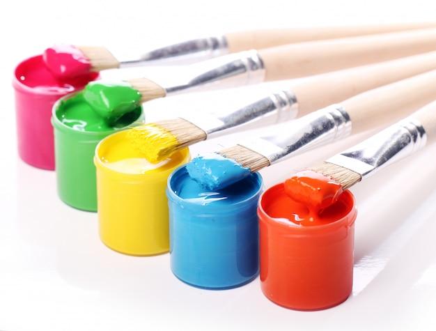 Latas con pintura colorida