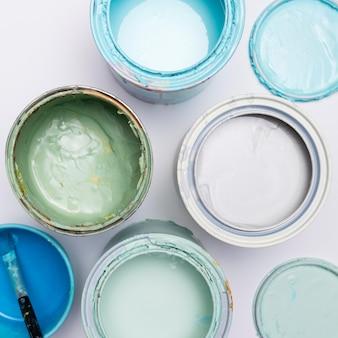 Latas de pintura de primer plano