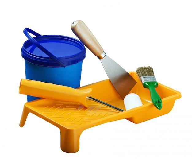 Latas de plástico de pintura y herramientas de pintura.