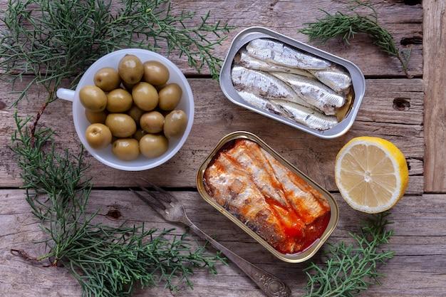 Latas de sardinas, aceitunas y limón.