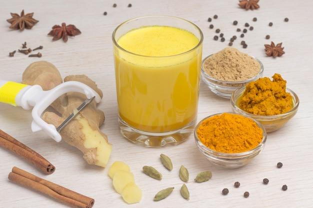 Latte dorado con ingredientes para cocinar