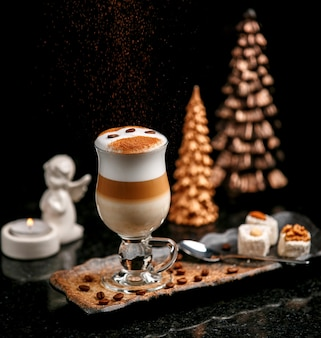 Latte con granos de café sobre la mesa