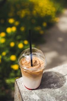 Latte helado con jarabe y hielo