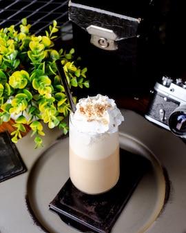 Latte helado sobre la mesa