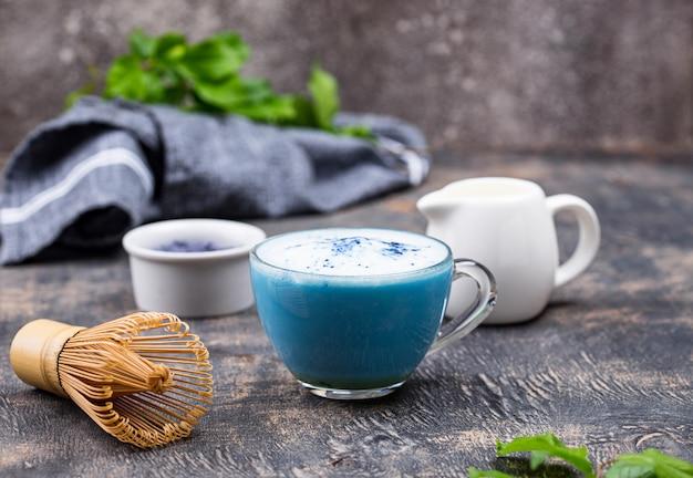 Latte matcha azul con leche