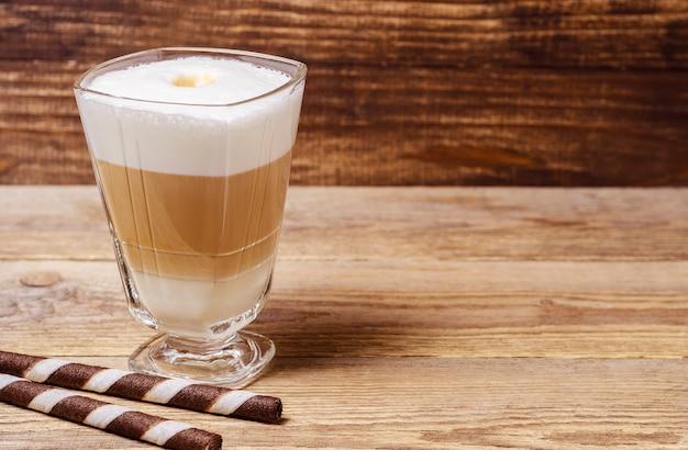 Latte sobre fondo de madera