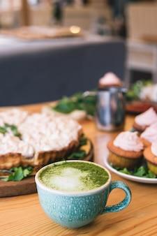 Latte de té verde matcha en una taza. vista superior. copie el espacio.