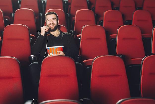 Laughing man viendo la película