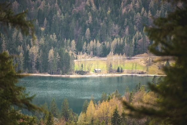 El lautersee cerca de mittenwald en los alpes bávaros.