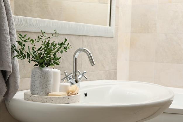 Lavabo y accesorios de higiene personal en baño
