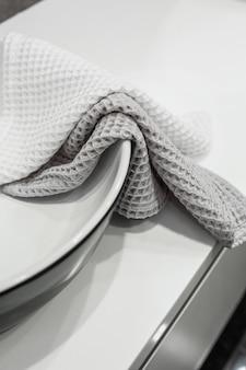Lavabo en el baño del apartamento de lujo y toallas de algodón con estilo interior