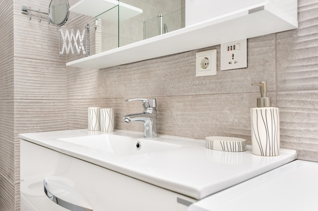 Lavabo en baño moderno.
