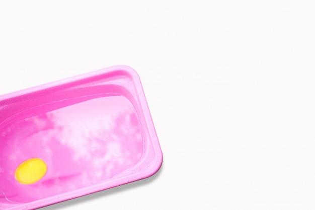 Lavabo rosa para tomar un baño recién nacido sobre fondo blanco