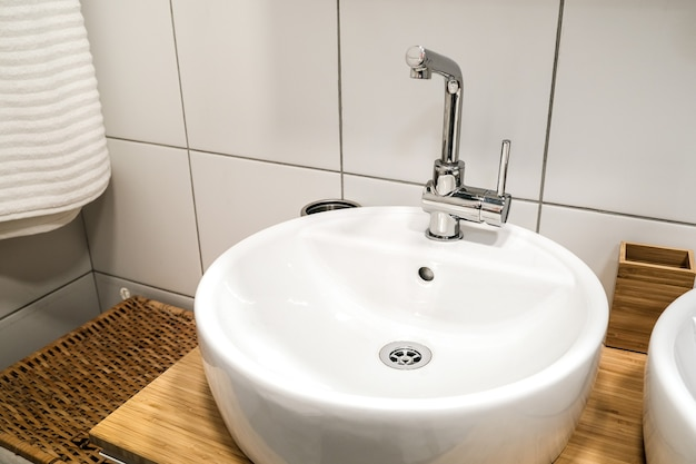 Lavabos modernos con espejo en un baño público. reflejo de soltero en los espejos.