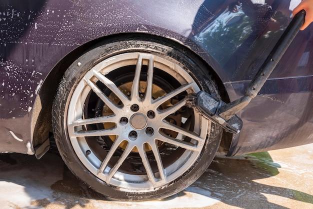 Lavado de autos con agua a presión, autoservicio, anuncio de lavado de autos con espacio para copi ...