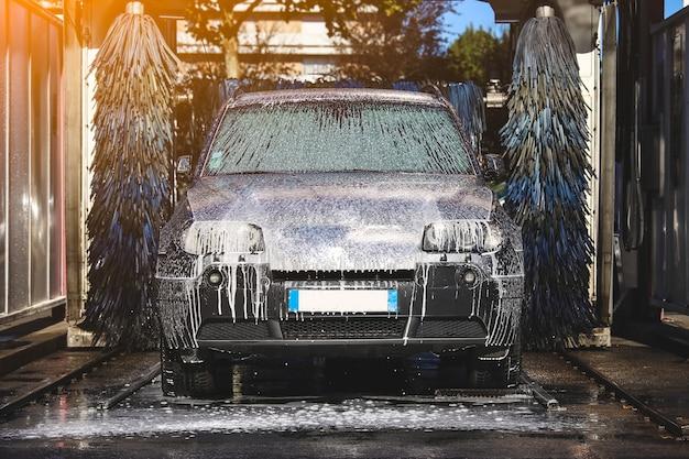 Lavado de autos espuma de agua lavado automático de autos en acción