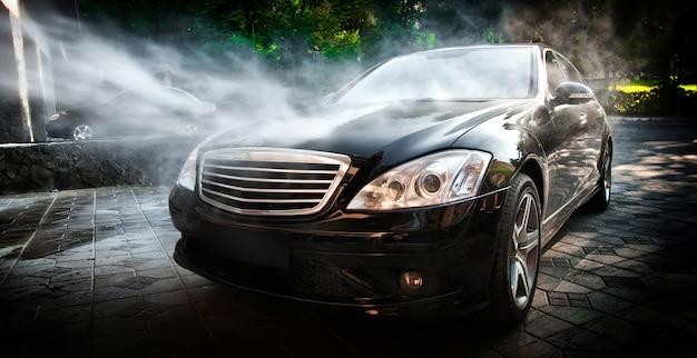 Lavado de autos. limpieza de un automóvil con agua a alta presión.