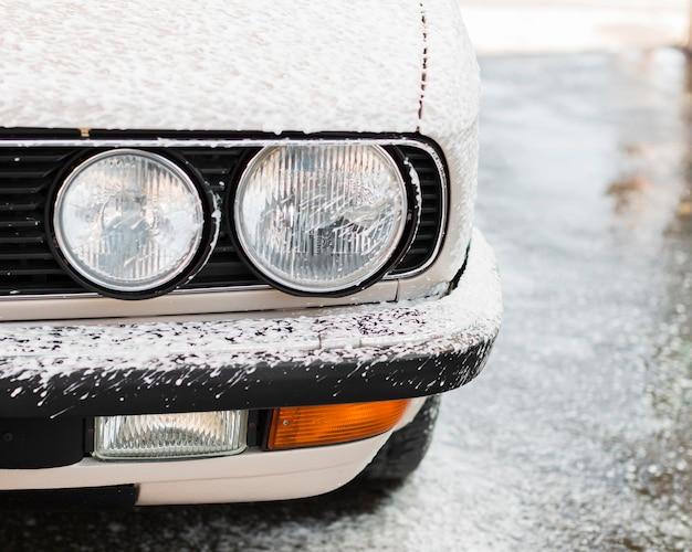 Lavado de coches de primer plano con espuma