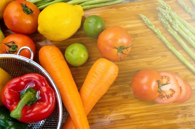 Lavado de frutas y verduras crudas.
