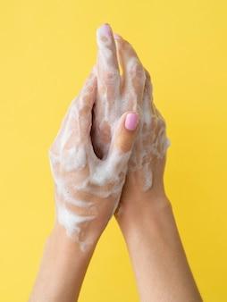 Lavado de manos con espuma y jabón.