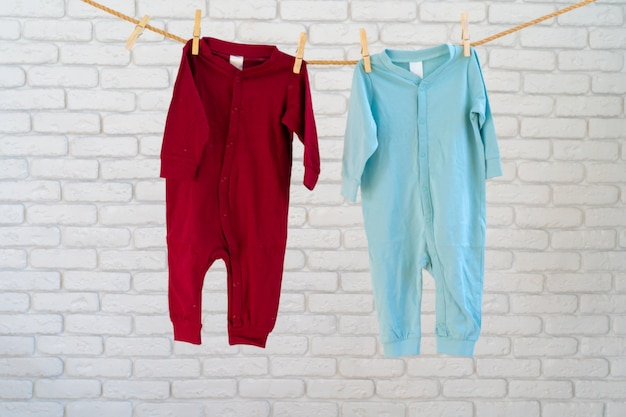 Lavado de ropa de bebé sujeta a una cuerda para que se seque.