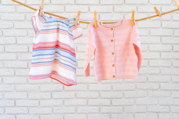 Lavado de ropa de bebé sujeta a una cuerda para secar