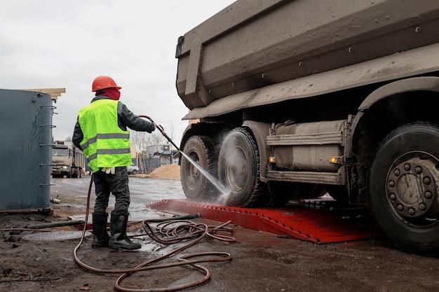 Lavado de ruedas de camiones en el sitio de construcción de un edificio de apartamentos o centro comercial