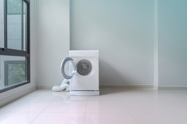 Lavadora blanca en lavadero.