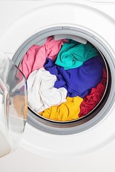 Lavadora o secadora cargada con la ropa. lavado, concepto de limpieza de primavera