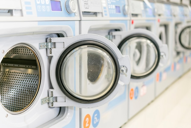 Lavadoras limpias con puertas abiertas.