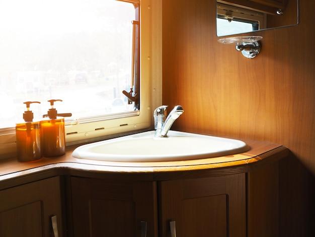 Lavamanos en baño de madera.