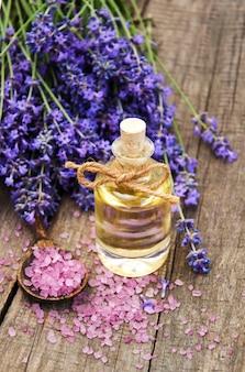 Lavanda y aceite de masaje.