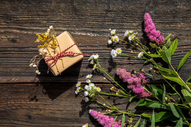 Lavanda bouquet y pequeño regalo.