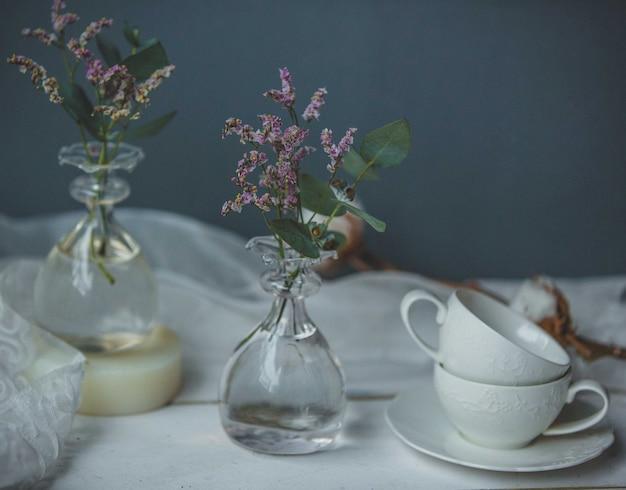 Lavandas en frascos estilo jarrón con agua