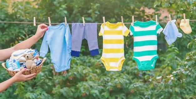 Lavando la ropa del bebé, la ropa se seca al aire libre