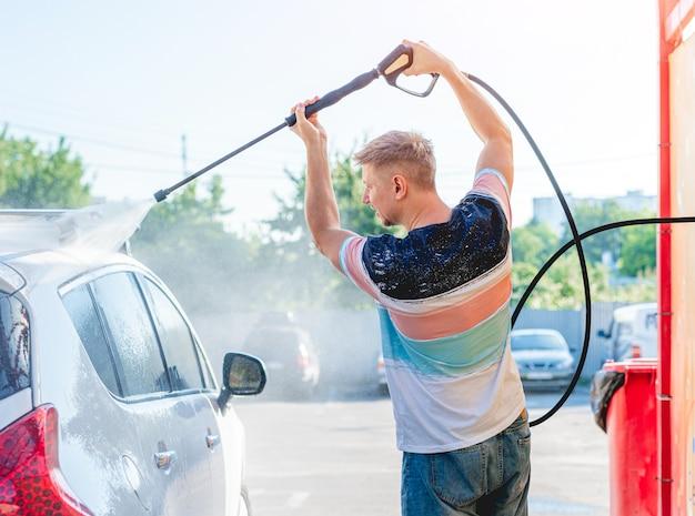 Lavar el coche con agua a alta presión