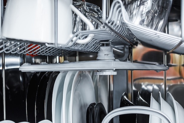 Lavar los platos en el lavavajillas después del lavado.