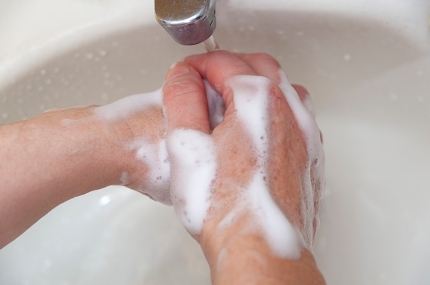 Lavarse las manos con agua y jabón para protegerse contra el coronavirus