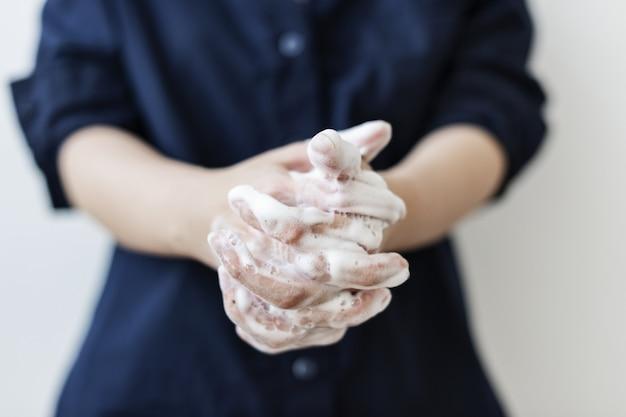 Lavarse las manos con jabón para prevenir la contaminación por coronavirus