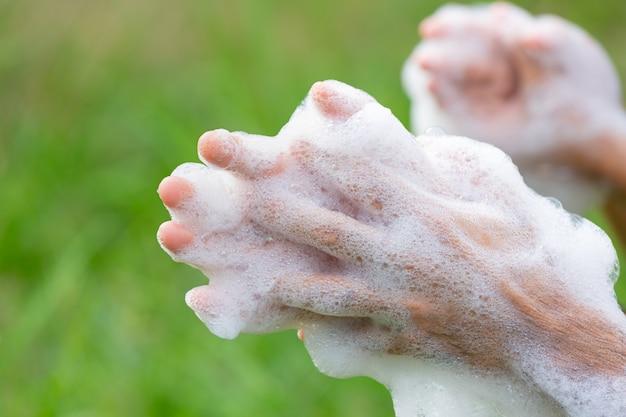 Lavarse las manos con jabón para prevenir enfermedades.