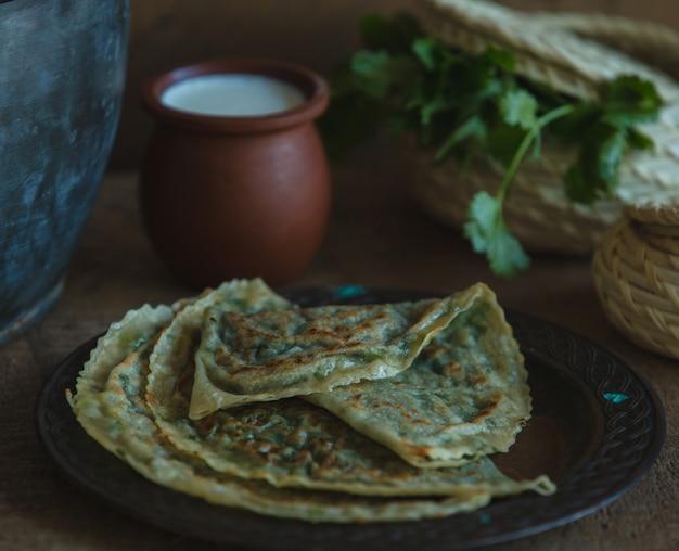 Lavash kutab nacional servido con una olla de yogur.