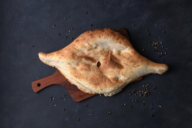 Lavash de pan georgiano sobre tabla de madera, vista superior