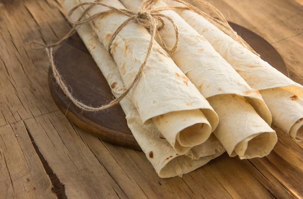 Lavash pan plano armenio. pan pita en tabla de cortar de madera. copia espacio