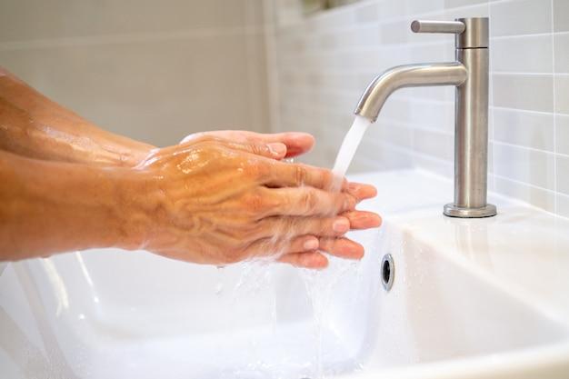 Lávese las manos y frote con jabón durante al menos 20 segundos.