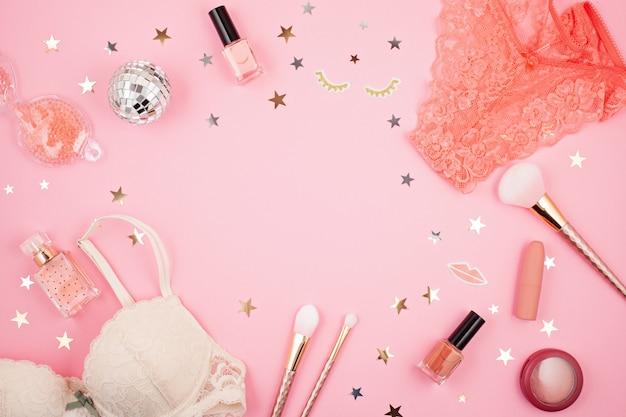 Lay flat con accesorios de chicas glamour sobre fondo rosa.