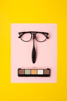 Lay flat de accesorios cosméticos sobre fondo amarillo