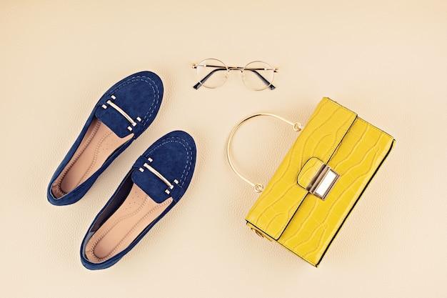 Lay flat con accesorios de moda de mujer en colores amarillo y azul. blog de moda, estilo de verano, concepto de compras y tendencias.