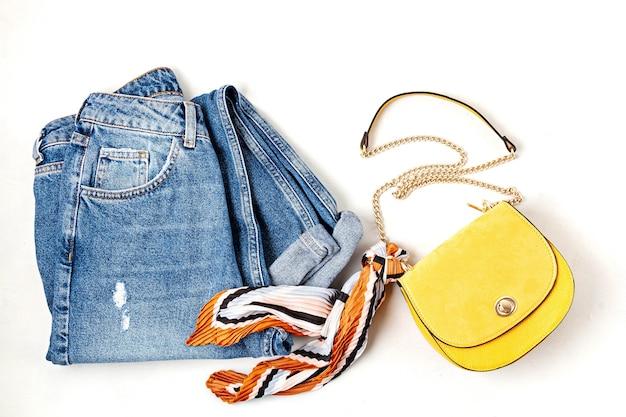 Lay flat con accesorios de moda de mujer en colores amarillos. moda, blog de belleza online, estilo de verano, concepto de compras y tendencias.